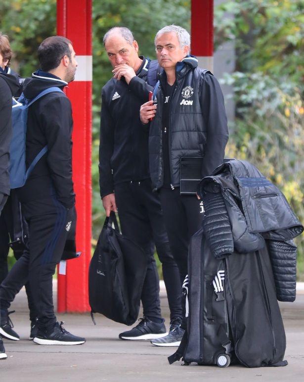 Doi hinh MU hanh quan den London: Rooney 'mat tich' hinh anh 5