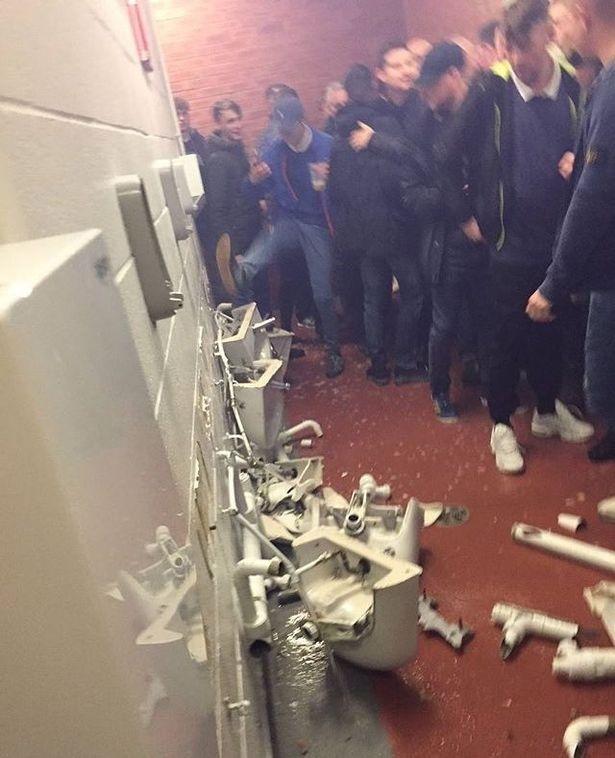 CDV Man City dap pha toilet san Old Trafford hinh anh 1