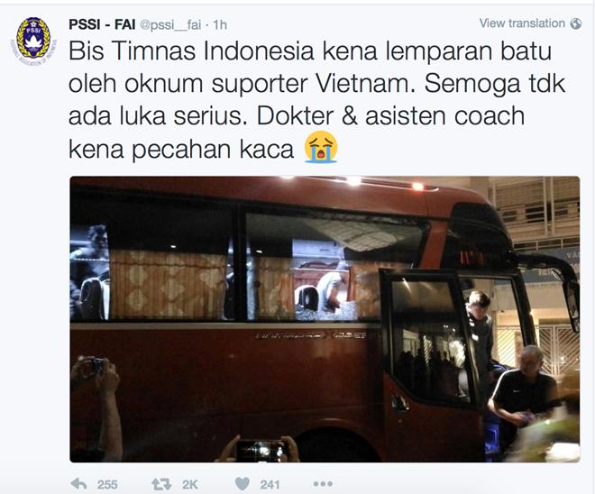 Fan Indonesia chi trich fan Viet Nam vu xe bus bi nem da hinh anh 1