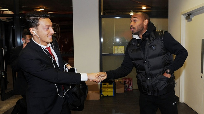 Henry muon Oezil o lai Arsenal va tro thanh huyen thoai hinh anh 1