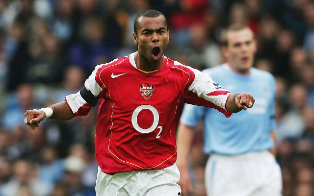 Ashley Cole cuoi khay Arsenal anh 1