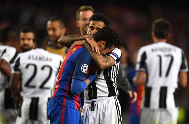 Dani Alves an ui khi Neymar khoc oa hinh anh