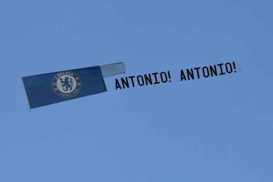 Fan Chelsea dung may bay 'to tinh' voi Antonio Conte hinh anh 1