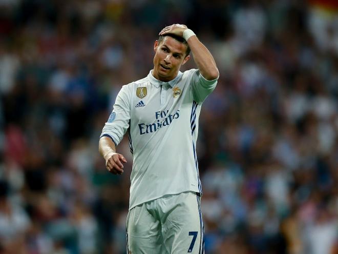 Hau El Clasico, Ronaldo bi cho ngoi ngoai hinh anh