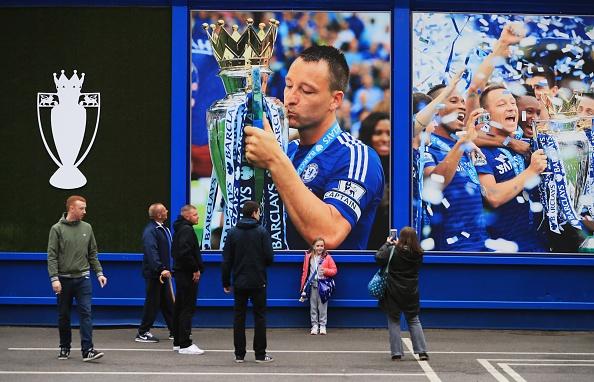 Fan Chelsea ra mat mon 'thit lon ham Costa' mung chuc vo dich hinh anh 13