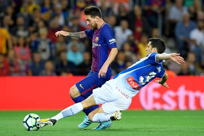 Messi lap hattrick, Barca dai thang derby hinh anh 4