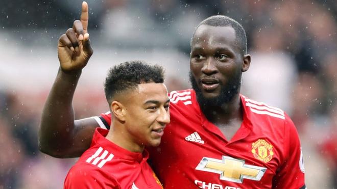 Lukaku vs Ibrahimovic: Ai xung dang linh xuong derby Manchester? hinh anh 1