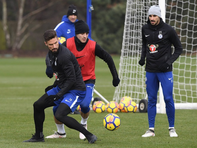 Morata va Giroud canh tranh trong buoi tap truoc dai chien voi Man Utd hinh anh 2