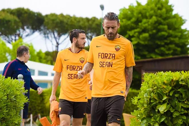 Cau thu AS Roma mac ao co ten CDV Liverpool trong buoi tap hinh anh