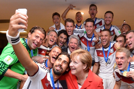 Cau thu Duc phan khich vi duoc gap 'Nguoi dan ba thep' Merkel hinh anh