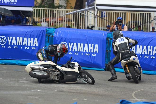 Tinh huong gay can cua giai dua xe Yamaha GP hinh anh