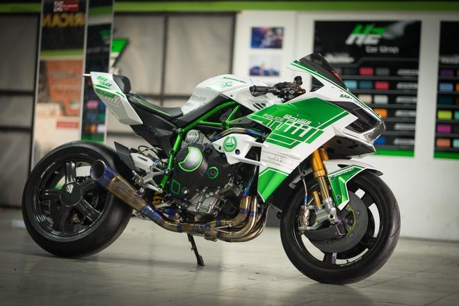 Kawasaki H2 phong cach canh sat Dubai tai Sai Gon hinh anh