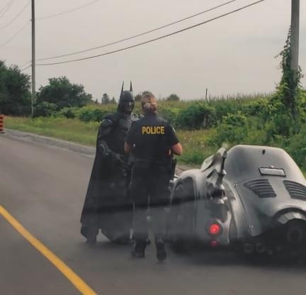 Canh sat Canada chan xe Batman de xin chup anh hinh anh