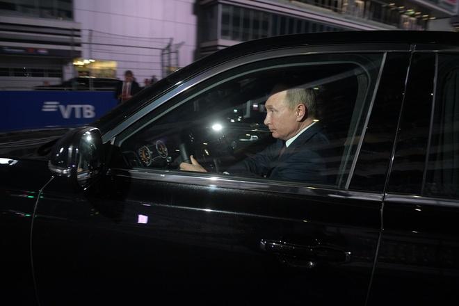 Tong thong Putin tu lai sedan Aurus tren duong dua F1 hinh anh 6