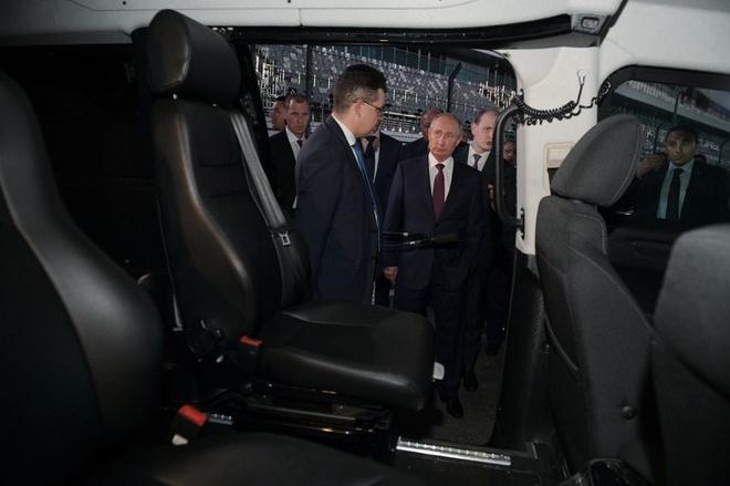 Tong thong Putin tu lai sedan Aurus tren duong dua F1 hinh anh 5
