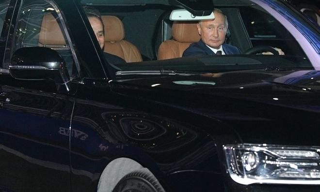 Tong tong Nga Putin dieu khien xe Aurus tren duong dua F1 hinh anh