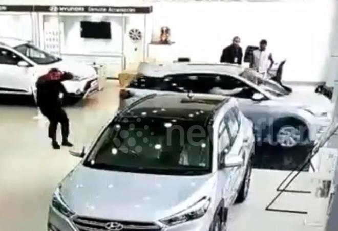 Ngồi thử xe Hyundai Tucson, khách nữ bất ngờ đâm vỡ kính đại lý