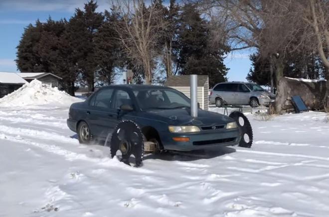 Toyota Corolla lap banh rang, bien hinh thanh xe loi tuyet hinh anh