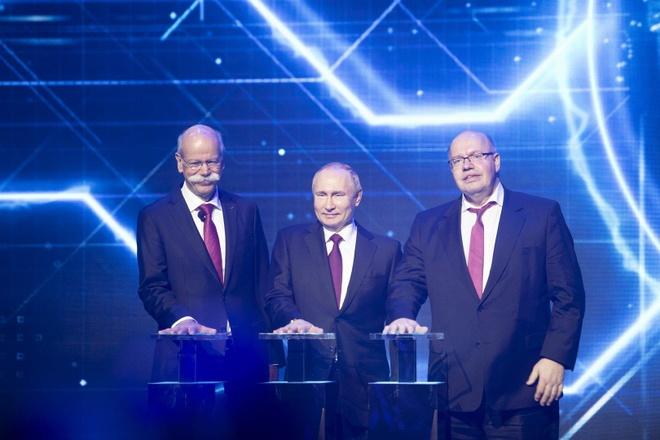 Ong Putin tuoi cuoi trong ngay ra mat nha may Mercedes dau tien o Nga hinh anh 2