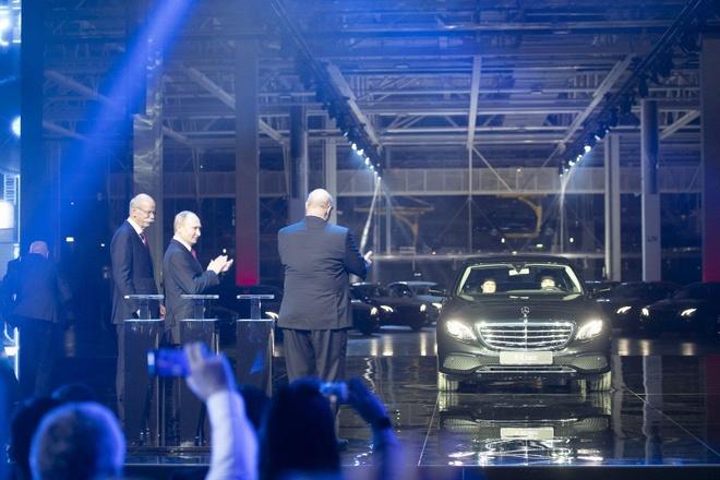 Ong Putin tuoi cuoi trong ngay ra mat nha may Mercedes dau tien o Nga hinh anh 3
