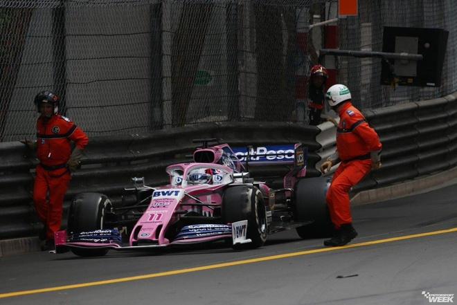 Tình nguyện viên F1 suýt chết vì băng ngang đường đua