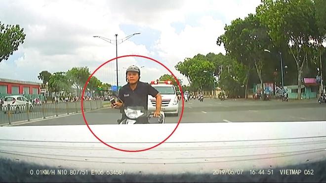 Mãi mê bấm điện thoại, thanh niên đi xe máy đâm thẳng đuôi ôtô