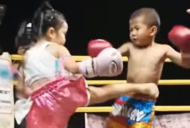 Nu vo si nhi Muay Thai khien nhieu doi thu nam khiep so hinh anh