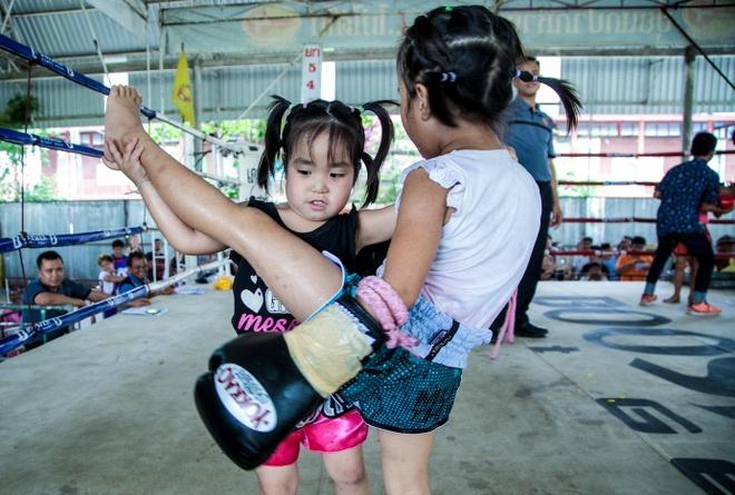 Hai chị em Muay Thái đả bại nhiều đối thủ nam