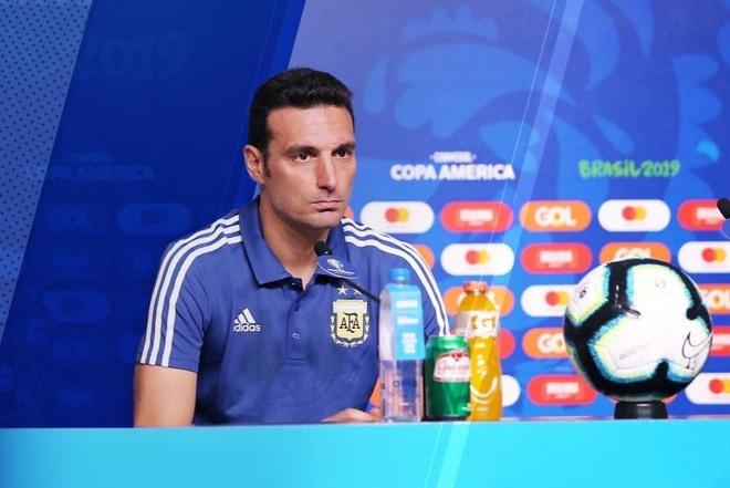 HLV tuyen Argentina len tieng truoc tin don bi sa thai hinh anh 1