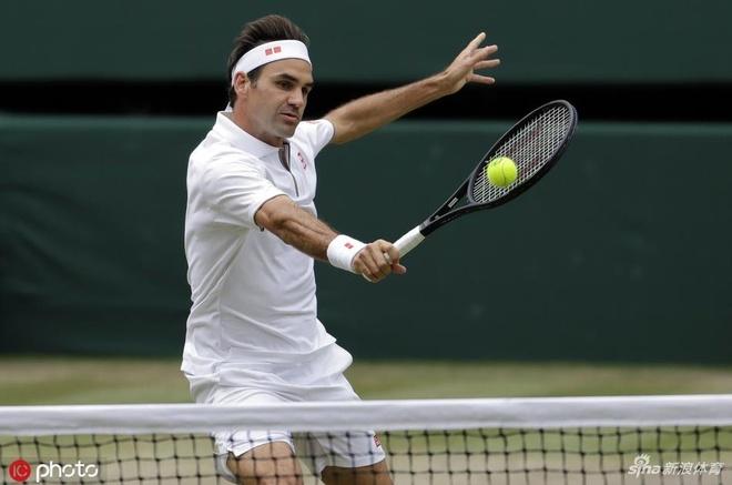 Federer than tho nhin Djokovic nang cup tai Wimbledon hinh anh 2