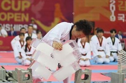 Dai su taekwondo dung tay cong pha 3 khoi nuoc da hinh anh