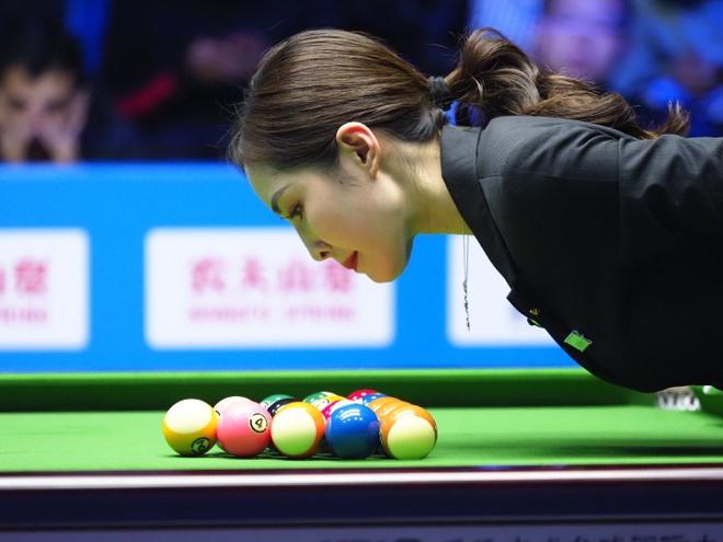 Nhan sắc nữ trọng tài billiards thu hút sự chú ý ở Trung Quốc
