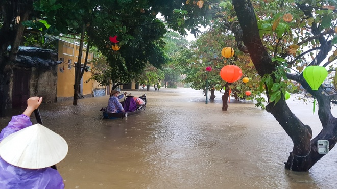Pho co Hoi An chim trong bien nuoc hinh anh