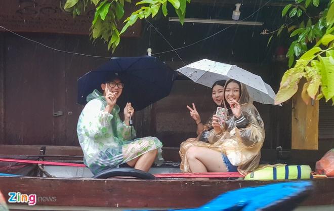 Khach Tay hung thu dao pho lu Hoi An hinh anh