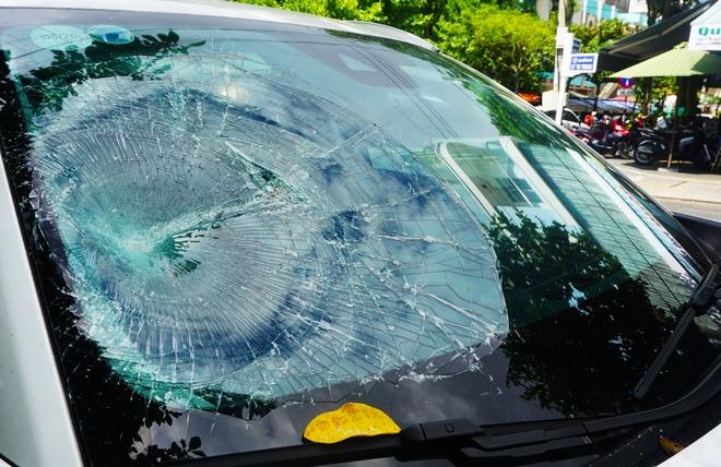 Mazda CX-5 bi dap vo kinh khi dang do ben duong o Da Nang hinh anh