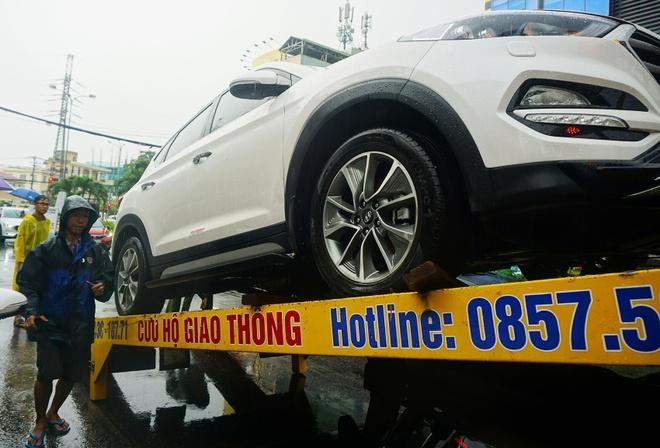 Sau lu o Da Nang, oto xe may xep hang dai truoc gara cho sua hinh anh