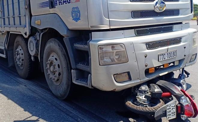 Nữ tài xế xe máy bị ôtô tải kéo lê ở vòng xoay