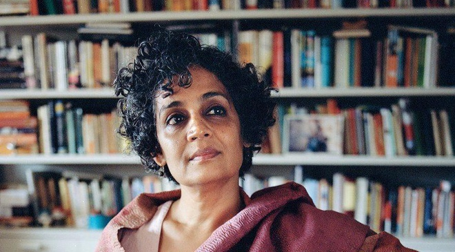 Cuon tieu thuyet dang gia 20 nam cho doi cua Arundhati Roy hinh anh
