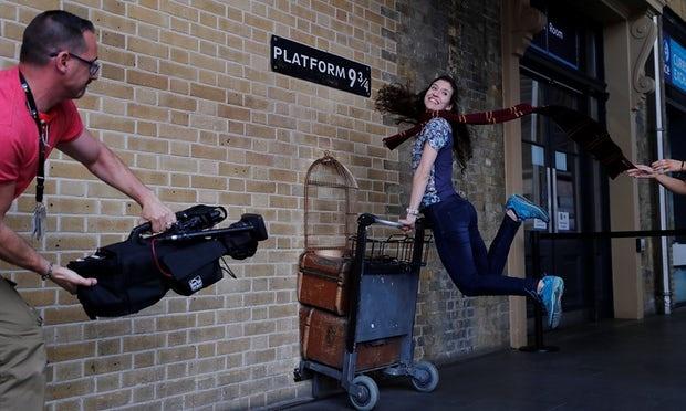 Harry Potter lan dau tien duoc dich ra tieng me de hinh anh 1
