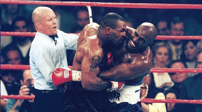 Cau chuyen phia sau man 'cau xuc' lich su cua Mike Tyson hinh anh