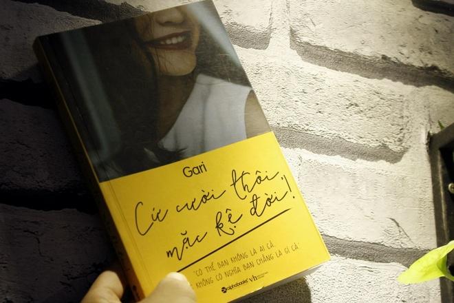 Cuốn Sách Cứ Cười Thôi Mặc Kệ Đời Của Tác Giả Gari Nguyễn.