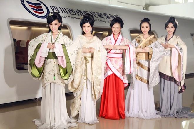 Nam sinh Trung Quoc dien vay cuoi chup anh ky yeu hinh anh 5 5 nữ sinh xinh đẹp tốt nghiệp Cao đẳng Nghề Hàng không Dân dụng Tây Nam Tứ Xuyên, mặc trang phục truyền thống của người Hán trong buổi chụp ảnh kỷ yếu hôm 17/4/2015.