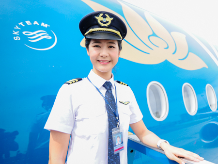 Nhan sac nu co truong dau tien cua Vietnam Airlines hinh anh