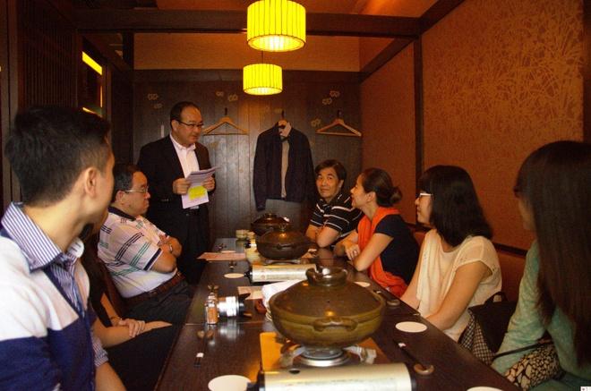 Các thành viên trong đoàn dùng bữa tối với ngài Katsuyasu Kato - chủ tịch Suntory PepsiCo VN - Ảnh: THU HÀ