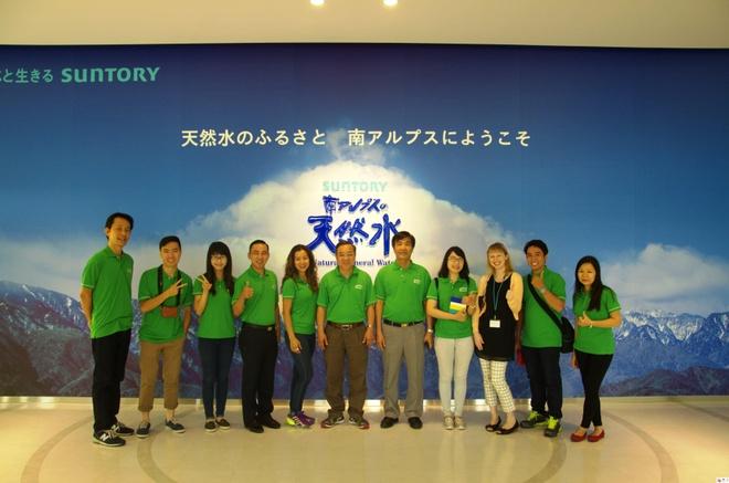 Các thành viên trong đoàn chụp hình lưu niệm khi tham quan trụ sở của Tập đoàn Suntory - Ảnh: THU HÀ