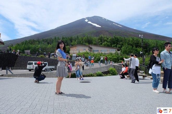 Tác giả chụp hình lưu niệm khi đến tham quan núi Phú Sĩ - Ảnh: THU HÀ