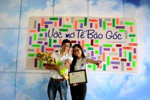 'Nu hoang hoc bong' va chiec dien thoai man hinh den trang hinh anh 1 Trương Linh Huyền chụp ảnh với bạn sau khi nhận giải thưởng nghiên cứu khoa học.