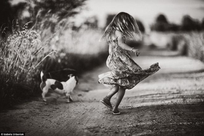Bo anh roi xa cong nghe, goi nho ve tuoi tho trong sang hinh anh 1 Izabela Urbaniak, một nhiếp ảnh gia người Ba Lan, mới đây, đã cho ra mắt bộ ảnh đen trắng nghệ thuật gây ấn tượng mạnh tới cộng đồng mạng. Bộ ảnh tái hiện những khoảnh khắc vui đùa, hòa mình vào thiên nhiên của các con và cháu cô trong kì nghỉ hè thu hút cộng đồng mạng trong thời gian qua. Bộ ảnh khắc họa hàng loạt hình ảnh tuyệt đẹp của những em bé hòa mình vào thiên nhiên trong kì nghỉ hè qua nhiều năm. Bộ ảnh