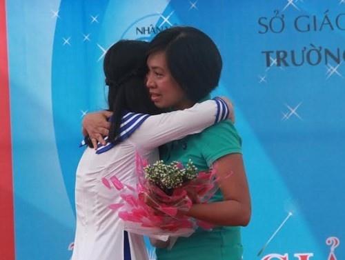 Nhung tam su ve me cua nu sinh khien nhieu nguoi bat khoc hinh anh 1 ai mẹ con em Hà Thị Phương Linh ôm nhau khóc. Ảnh: Tiền Phong.