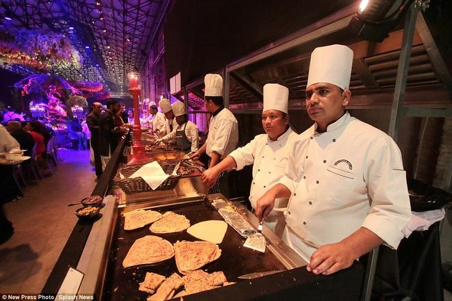 Dam cuoi xa hoa, tieu ton 14 trieu USD cua thieu gia An Do hinh anh 4 Các đầu bếp phải làm việc luôn tay để cung cấp đủ thức ăn cho lượng khách mời khổng lồ.